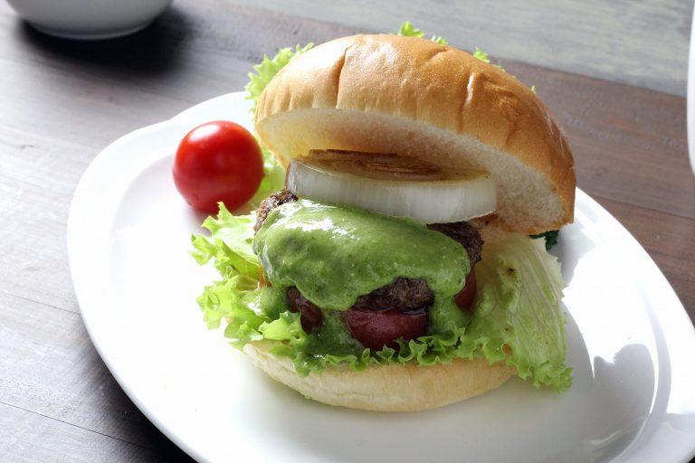 ハンバーガーの新しいカタチ、リーフガーリック・葉にんにくソースで