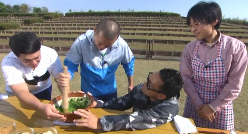 満天青空レストラン葉にんにくヌタすり鉢すりこ木を使った手作り作業(㈱アースエイド監修)