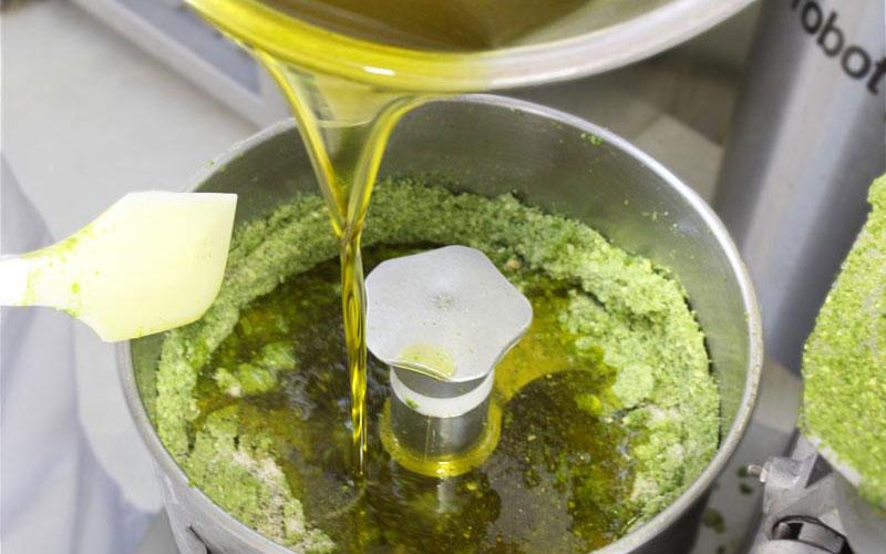 エキストラバージンオリーブオイル投入:アースエイド葉にんにくぬた無添加カルパッチョソース製造